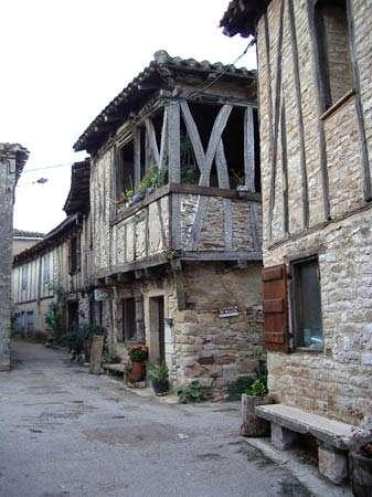 Maisons villageoises - La pierre calcaire et le bois sont les matériaux de base qui ont servi à construire les maisons du village, dont les plus anciennes datent du XIIe siècle. © Photo Michel Robert