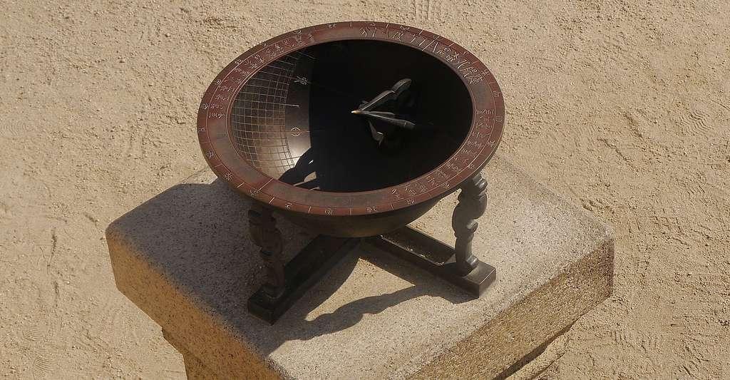 Un cadran solaire formé d'une demi-sphère, semblable au scaphè à œilleton du Louvre. © Svving, DP