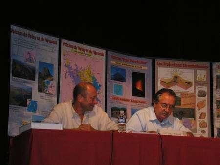 À gauche, Frédéric Lavachery et à droite Victor-Hugo Forjaz, directeur de l'Observatoire de volcanologie et de géothermie des Açores, lors des conférence du CHT au Puy-en-Velay. © Laurent Sacco/Futura-Sciences