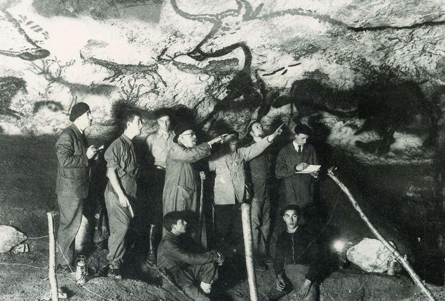 Une des premières équipes scientifiques qui ont étudié la grotte de Lascaux, en 1948. Le paléontologue Henri Breuil est le troisième en partant de la gauche. Nous sommes devant le panneau des aurochs, dans la salle des taureaux. © Site de la grotte de Lascaux