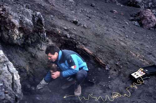 Etna J.-M. Bardintzeff, volcanologue, mesure la température des gaz sur l'Etna. © J.-M. Bardintzeff/J. Weisz