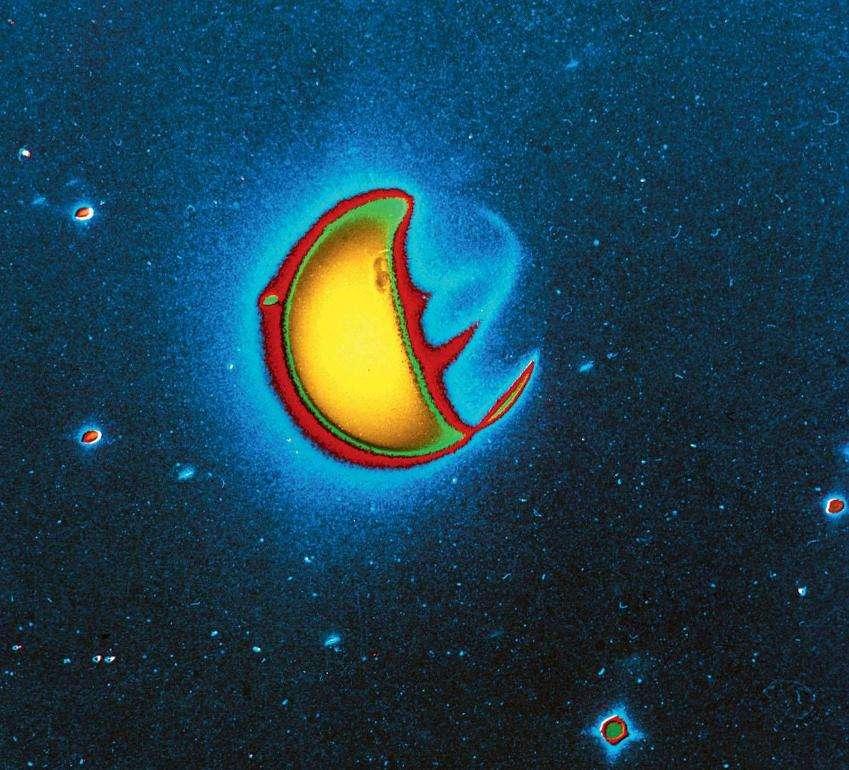 Cette image en fausses couleurs a été prise dans l'infrarouge par les astronautes d'Apollo 16 depuis la Lune. Le jaune vif indique l'émission diurne de l'oxygène atomique (O). Les émissions nocturnes des ions d'oxygène atomique (O+) dans l'ionosphère sont particulièrement visibles près de l'équateur. © Nasa
