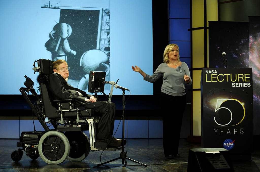 Stephen Hawking, en 2008, lors d'un discours intitulé « Pourquoi devrions-nous aller dans l'espace », dans le cadre d'une série de conférences à l'occasion du 50e anniversaire de la Nasa, en présence de sa fille Lucy. © Nasa, Paul Alers