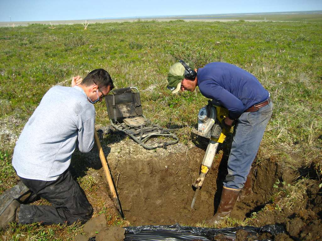 Le pergélisol est un sous-sol gelé en permanence. À l'image, les chercheurs creusent au marteau-piqueur pour étudier le pergélisol d'Alaska. © Nick Bonzey, cc by sa 2.0, Flickr
