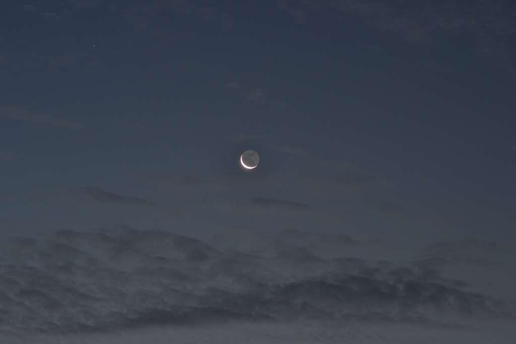 La lumière cendrée qu'on observe régulièrement sur le reste du disque lunaire est produite par le clair de Terre. © Jean-Baptiste Feldmann