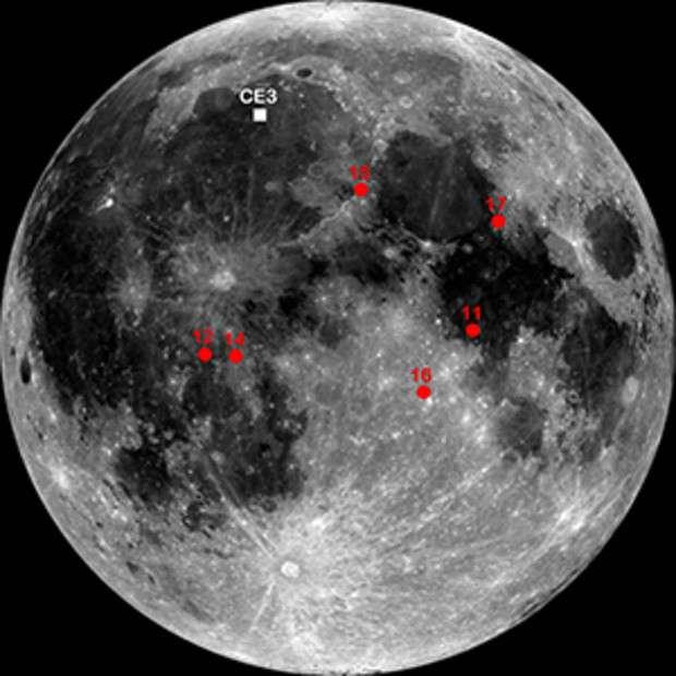 Sur cette images réalisée à partir de photogrphies prises par la sonde LRO, les sites d'atterrissage des missions Apollo sont en rouge et celui de la sonde Chang'e-3 en blanc. © Nasa