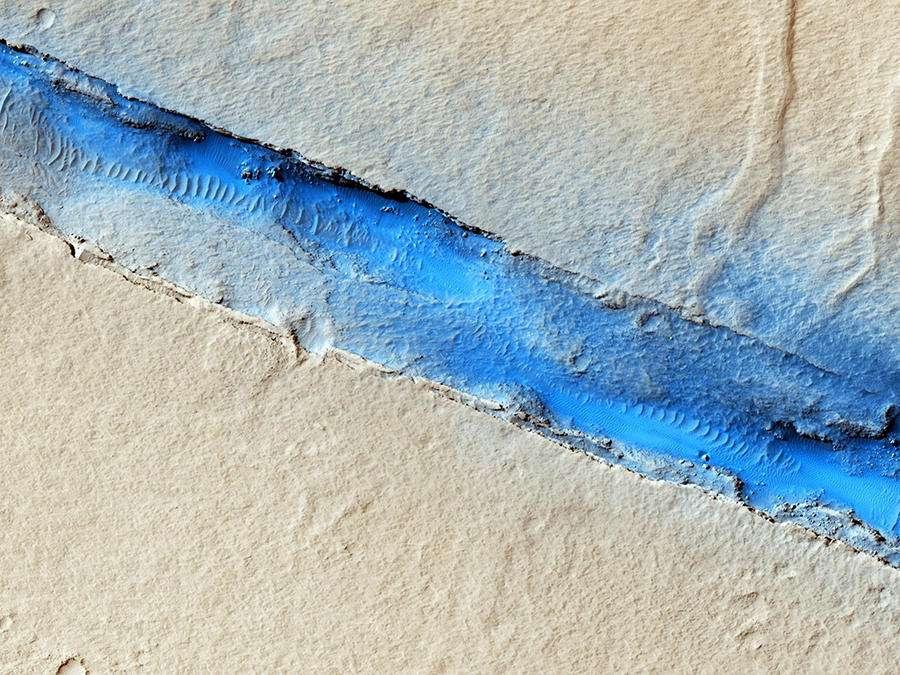 Comme l'explique dans une interview pour le CNRS le géophysicien Philippe Lognonné, Seis a permis de découvrir que « l'activité sismique martienne se situe entre celle de la Terre et celle de la Lune. Elle est ainsi dix à vingt fois plus importante que sur la Lune, mais deux à trois fois plus faible que sur notre Planète, si on exclut les séismes dus à la tectonique des plaques ». On voit ici une image en fausse couleur prise par HiRISE, la caméra de haute résolution à bord de la sonde MRO (Nasa) montrant une faille de la région Cerberus Fossae, là où beaucoup de séismes ont été localisés. © Nasa/JPL-Caltech/Univ. of Arizona
