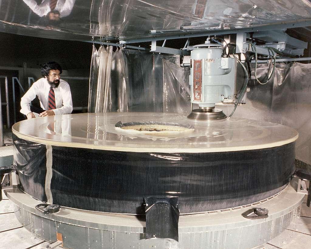 Polissage du miroir primaire d'Hubble d'un diamètre de 2,4 mètres. © Perkin-Elmer Corporation