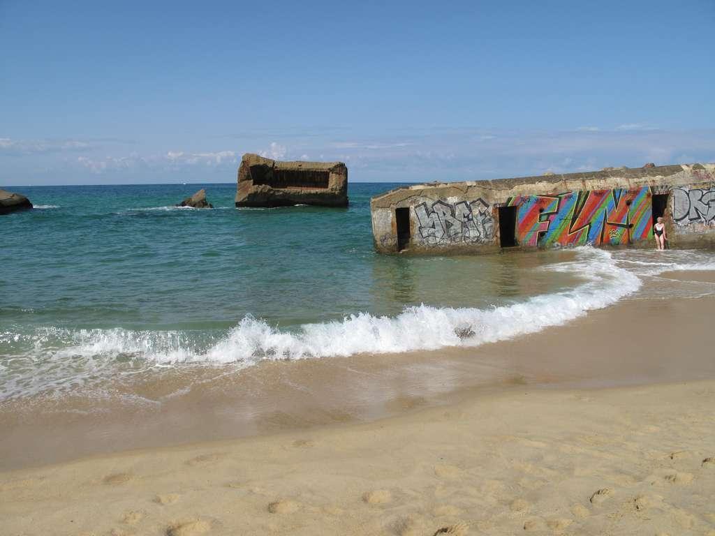 Sur la côte atlantique française, les problèmes d'érosion du littoral sont importants. À l'image, des blockhaus aujourd'hui submergés par l'océan. © Tangopaso, Wikipédia, DP