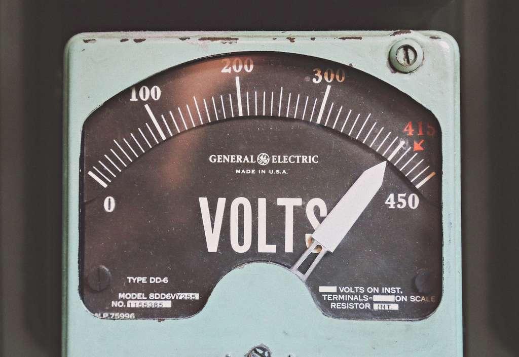 Parmi les facteurs qui influent sur la gravité d'une électrisation, outre l'état de la peau : l'intensité du courant, sa tension ou encore son type (alternatif ou continu). ©Thomas Kelley, Unsplash, CC0 License