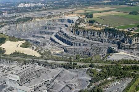 Carrière d'extraction du calcaire destiné à la fabrication de ciment © Cimescaut.com