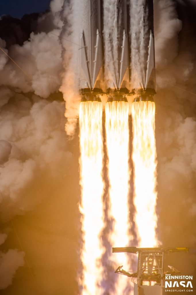 Superbe photo de la Falcon Heavy au décollage, retweetée par Elon Musk himself. © Brady Kenniston, Nasa