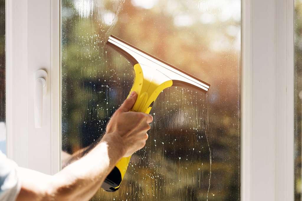 Laver les vitres : un très bon exercice pour se muscler les bras. © ronstik, fotolia