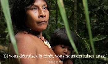 Une mère de la tribu Awá et son enfant. Les Indiens de cette tribu sont menacés : ils vivent isolés et fuient pour leur survie. © Survival