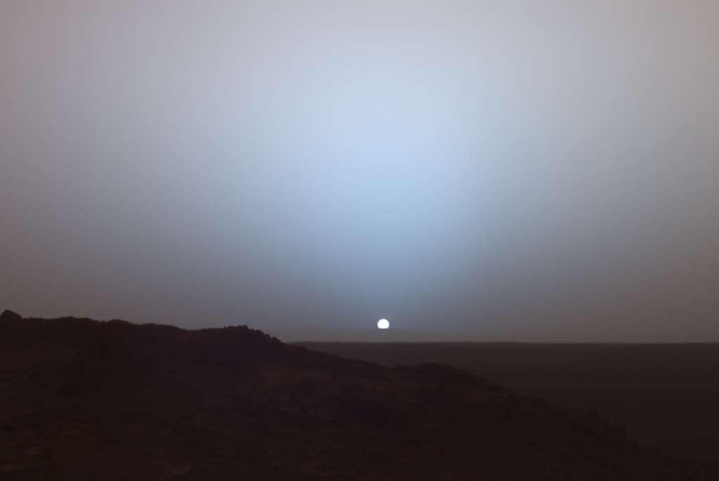Un coucher de Soleil sur Mars en 2005, vu par Spirit depuis le cratère Gusev. © Nasa