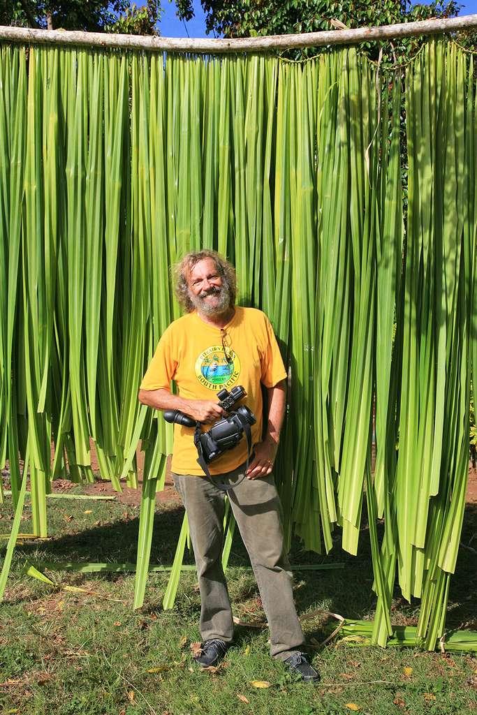 Antoine devant des feuilles de pandanus en train de sécher