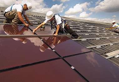 L'installation en toiture implique d'être formé aux règles de l'art du métier de couvreur et de poseur de panneaux photovoltaïques. © www.solewa.com