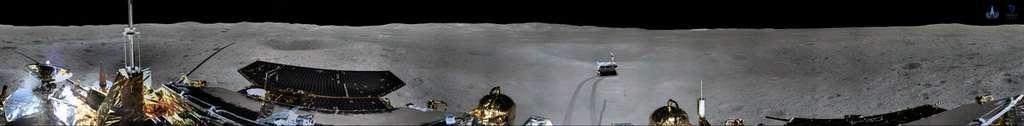 Panorama de la face cachée de la Lune réalisé par le rover de la mission Chang'e 4. Il se trouve dans le cratère Von Kármán où il a atterri. © Xinhua/China National Space Administration (CNSA)