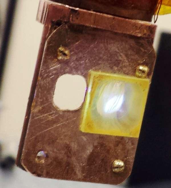 Un échantillon jaunâtre d'un polymère riche en platine connu sous le nom Pt-1. Il émet de la lumière blanche sous l'action d'un faisceau laser. Ce polymère et ses dérivés sont prometteurs pour une nouvelle génération de diodes organiques électroluminescentes, ou Oled. On pense obtenir avec eux les ampoules Led de l'avenir. © Tek Basel, université d'Utah
