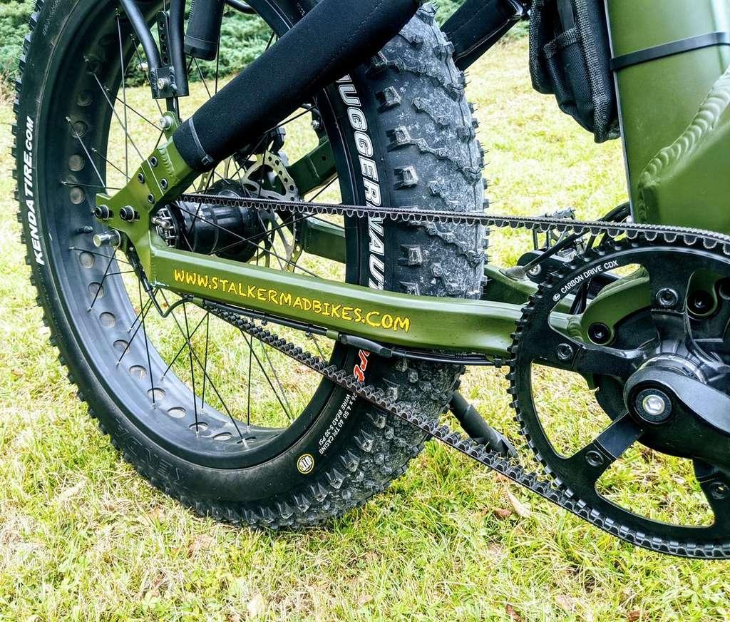Le moyeu Sturmey Archer à 5 vitesses automatiques couple à une courroie Gates est un choix judicieux pour l'usage tout terrain auquel se destine se VTT électrique. © Stalker Mad Bike