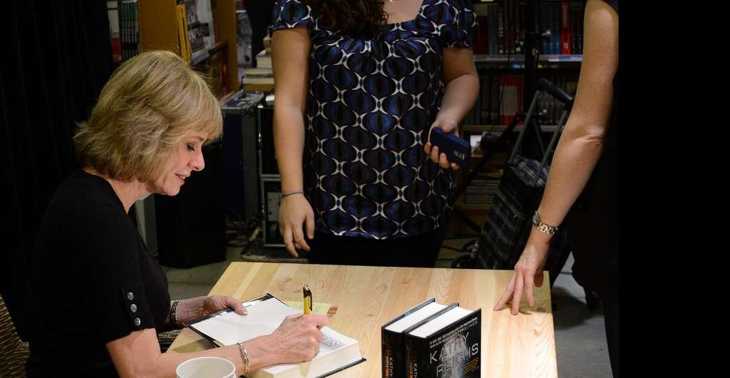 Kathy Reichs lors d'une séance de dédicace, en novembre 2010. Elle écrit notamment des romans policiers. © Raysonho @ Open Grid Scheduler / Grid Engine, Wikimedia commons, DP