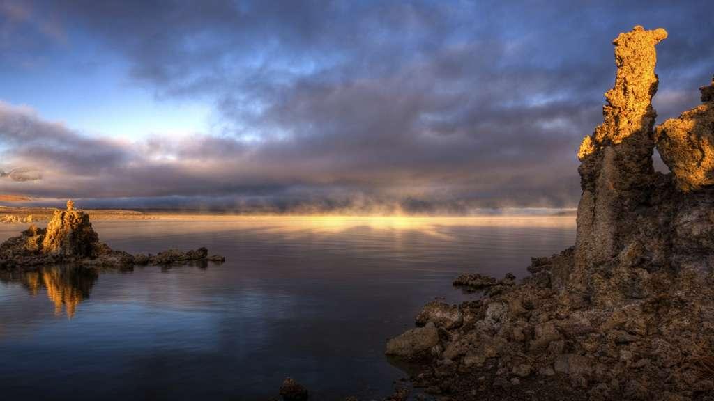 Le lac Mono, avec ses sédiments très alcalins et riches en arsenic, est plutôt inhospitalier. Mais la vie terrestre est coriace... © Nasa