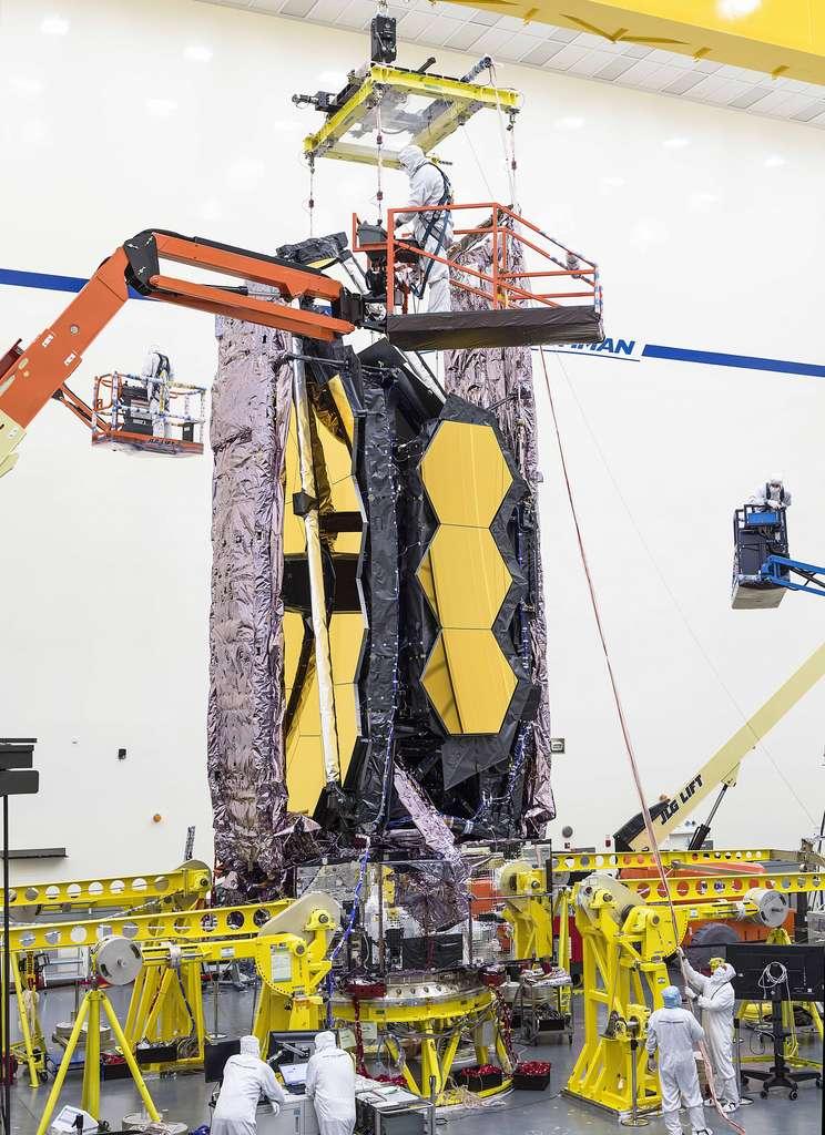 Pour la toute première fois, les équipes de test de Northrop Grumman à Redondo Beach, en Californie, ont soigneusement soulevé le télescope spatial James-Webb entièrement assemblé afin de le préparer pour le transport vers les installations de tests acoustiques et sinusoïdaux à proximité. © Nasa, Chris Gunn.