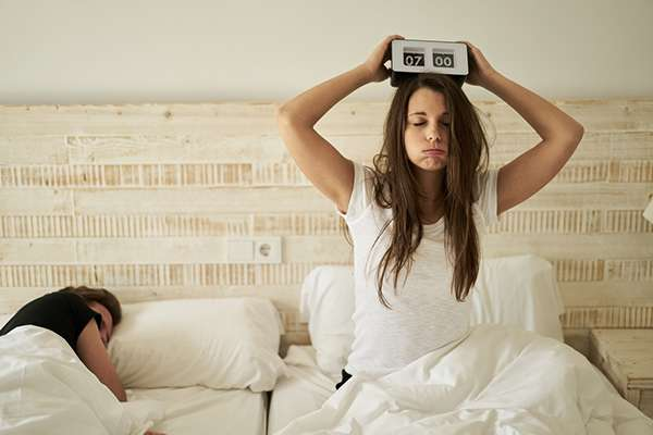 Les résultats montrent que les personnes qui ont utilisé une musique en guise de sonnerie de réveil présentaient des niveaux de vigilance accrus en comparaison avec celles qui ont opté pour une alarme au bip strident. © amriphoto, Istock.com