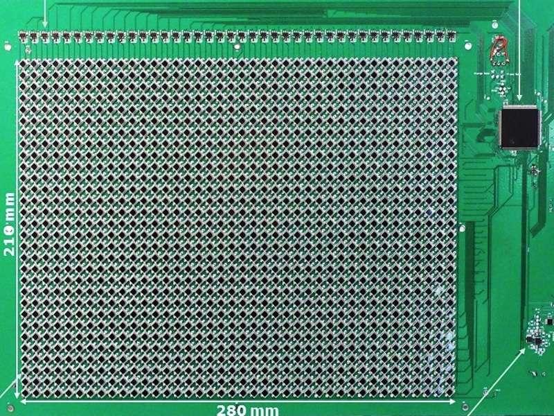 Voici le capteur d'images grâce auquel la caméra vidéo fonctionne sans alimentation externe. Il se compose d'une rangée de 30 x 40 photodiodes. Ils sont reliés à deux transistors (readout transistors), un microcontrôleur (microcontroller), un circuit de récupération d'énergie (harvestor), le tout alimentant un supercondensateur (supercap). © Computer Vision Laboratory, Columbia Engineering