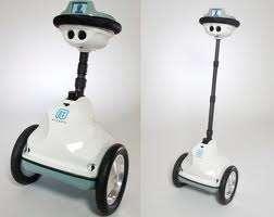 Le robot QB, fabriqué par Anybots, est équipé d'un système gyroscopique pour maintenir l'équilibre sur ses deux roues. Son écran LCD, ses deux caméras, ses microphones et son haut-parleur permettent à l'élève absent d'interagir à distance avec ses professeurs et ses camarades de classe. © Anybots