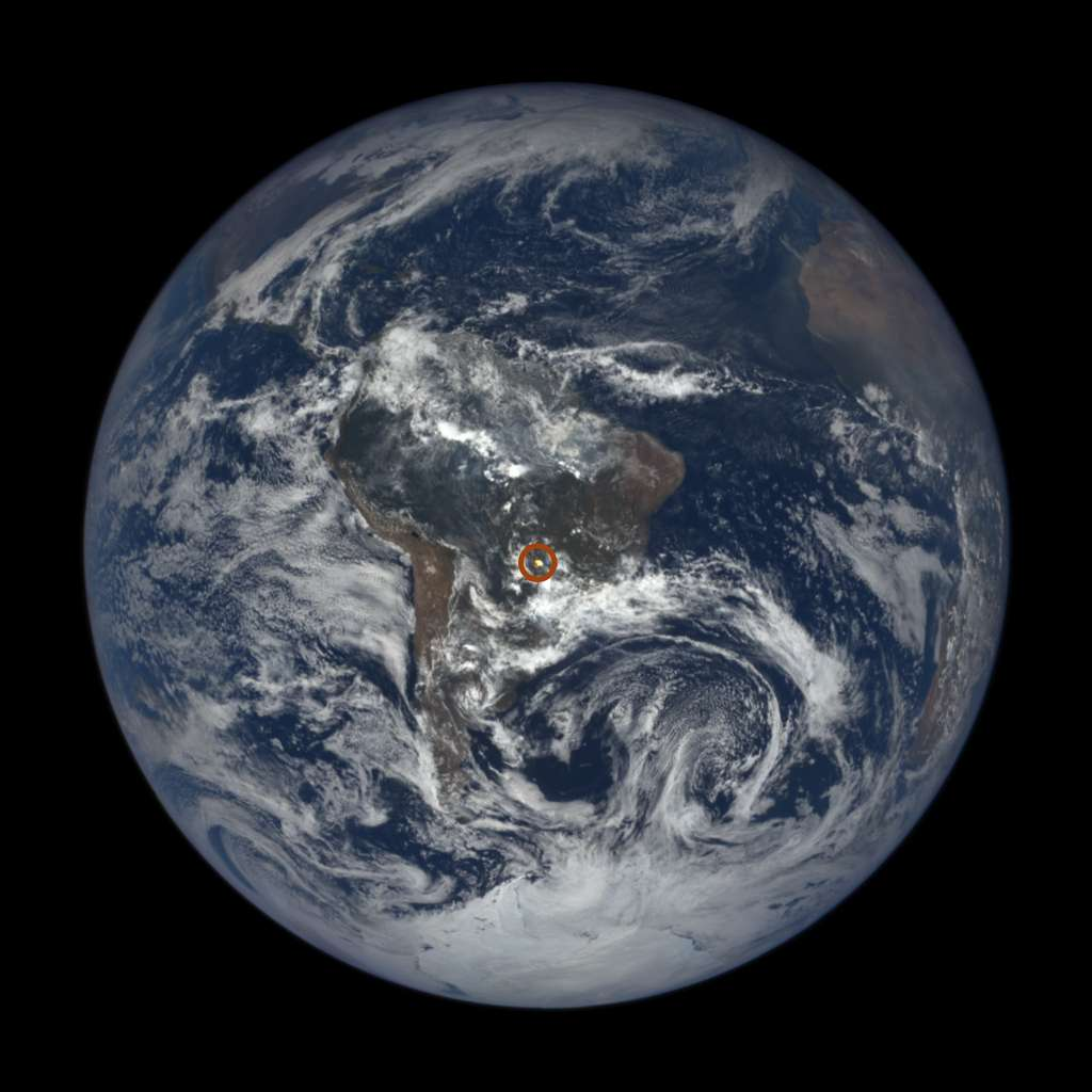 Un flash lumineux vu par l'instrument Epic du satellite DSCOVR en plein centre du globe terrestre. © Nasa, GSFC