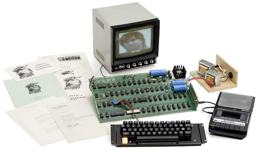 Fabriqué à seulement 200 exemplaires, l'Apple I est désormais un objet de collection. En 2013, un modèle s'est vendu aux enchères à près de 300.000 euros. On remarque l'absence de coque, à construire soi-même, et le magnétophone à cassette, qui servait de mémoire de masse et, donc, jouait le rôle de nos disques durs. © Auction Team Breker