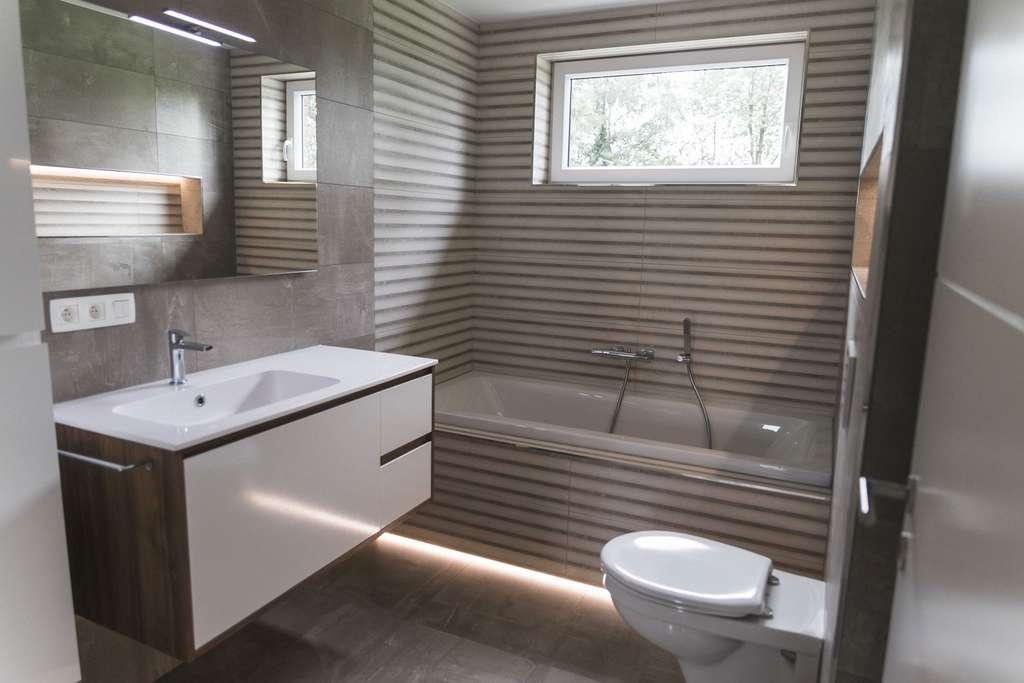 Photo d'une salle de bains moderne. © Julien, Adobe Stock