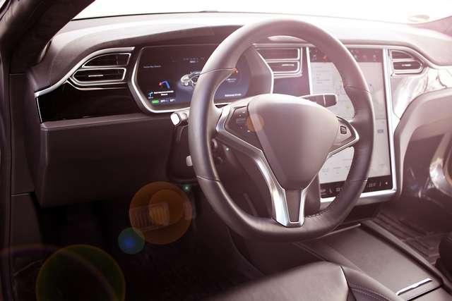 Vue intérieure d'une Tesla. © Peter Atkins, Fotolia