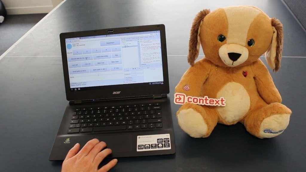 Outre l'absence de sécurisation des données stockées en ligne par Spiral Toys, un expert en sécurité a par ailleurs démontré avec quelle facilité on pouvait prendre le contrôle d'une peluche connectée CloudPets. © Motherboard, Paul Stone