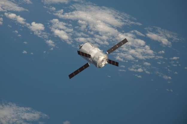 Le cargo ATV-3 Edoardo Amaldi approche de la Station spatiale internationale, le 28 mars 2012. Ses équipements internes doivent être protégés des vibrations provenant de multiples sources : du lanceur (pendant la montée initiale), des boulons explosifs (qui décrochent un étage lorsqu'il est devenu inutile) et des propulseurs du cargo lui-même (une fois en orbite, quand il faut rattraper l'ISS). © Nasa