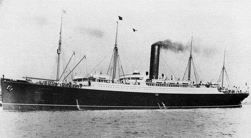 Le RMS Carpathia est un paquebot transatlantique de 165 mètres de long. La nuit du naufrage du Titanic, il transportait seulement 743 passagers alors qu'il peut en accueillir le triple. Après avoir récupéré 703 naufragés, il fit demi-tour et retourna à son port d'origine, New York. La capitaine refusa de transborder les rescapés dans l'Olympic, le navire jumeau du Titanic qui naviguait également dans les parages, afin de ne pas accroître le traumatisme des passagers. © Wikimedia Commons, DP
