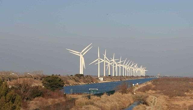 Remplacer les énergies fossiles par les énergies renouvelables, comme l'éolien, est l'une des actions en faveur du rétablissement d'un équilibre naturel. © Deuxtrois, Wikimedia Commons, CC by-sa 3.0