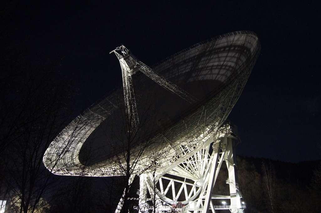 Le radiotélescope d'Effelsberg, en Allemagne, vu de nuit. Avec son diamètre de 100 m, il est l'un des grands télescopes orientables du monde. © Paul Jansen