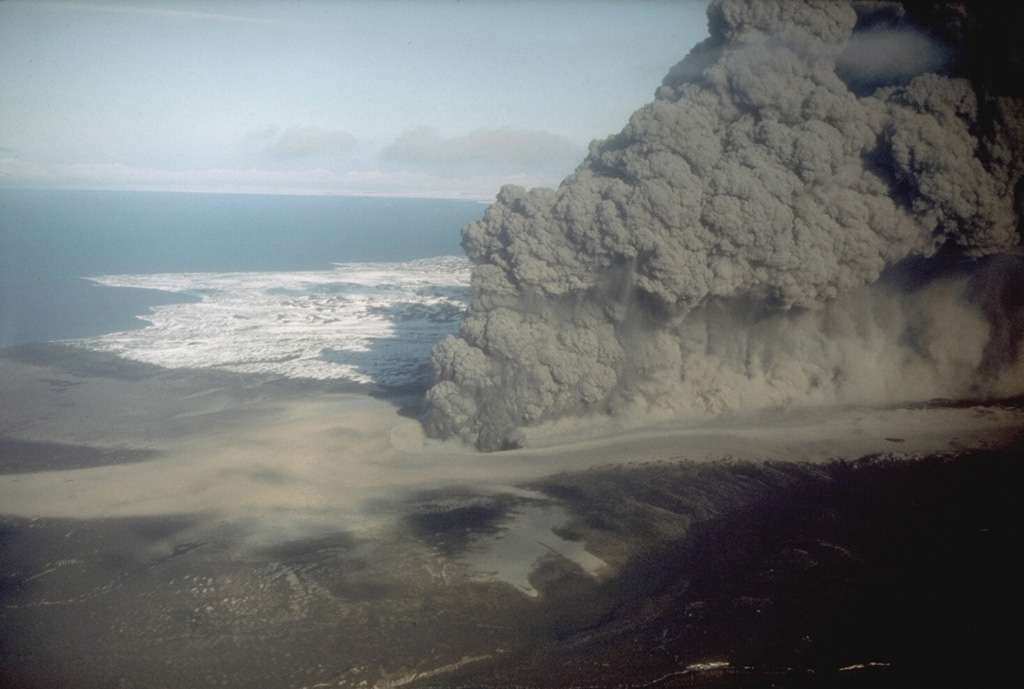 Exemple d'éruption hydromagmatique. Volcan Ukinrek Maars en Alaska. © R. Russell, 1977, Alaska Department of Fish and Game. Global Volcanism Program, Smithsonian Institution