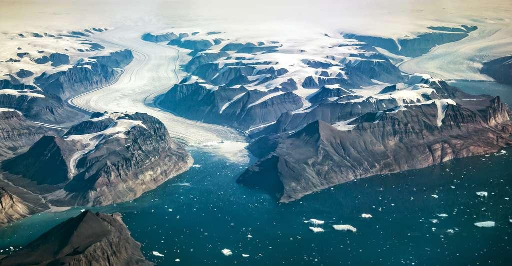 Au Groenland, les glaces fondent et font monter le niveau de la mer. Les chercheurs tentent d'en apprendre plus sur le phénomène pour prévenir les conséquences à venir. © Delphotostock, Adobe Stock