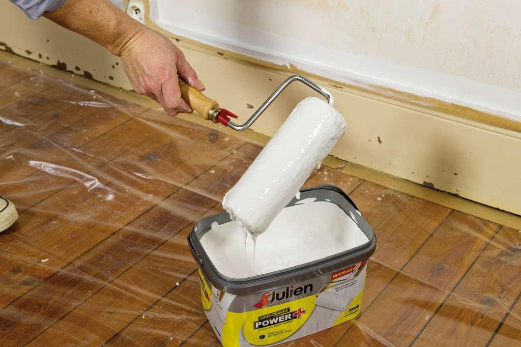 Prenez soin de fixer la bâche sur le pourtour de la pièce avec un large adhésif de masquage. © Peintures Julien