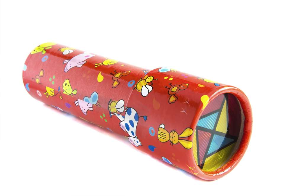 Le kaléidoscope est un jouet en forme de tube qui permet d'observer des figures colorées grâce à un jeu de miroirs. © sobolicha11, Adobe Stock