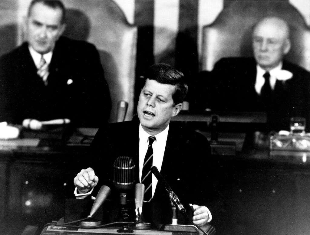 25 mai 1961 : le président Kennedy annonce devant le Congrès qu'un américain devra poser le pied sur la Lune avant la fin de la décennie. © Nasa