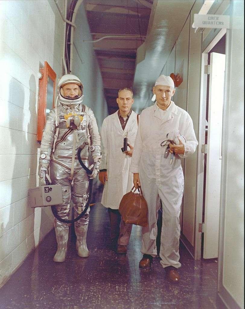 Février 1962 : John Glenn se prépare à entamer son vol à bord de la capsule Mercury. © Nasa
