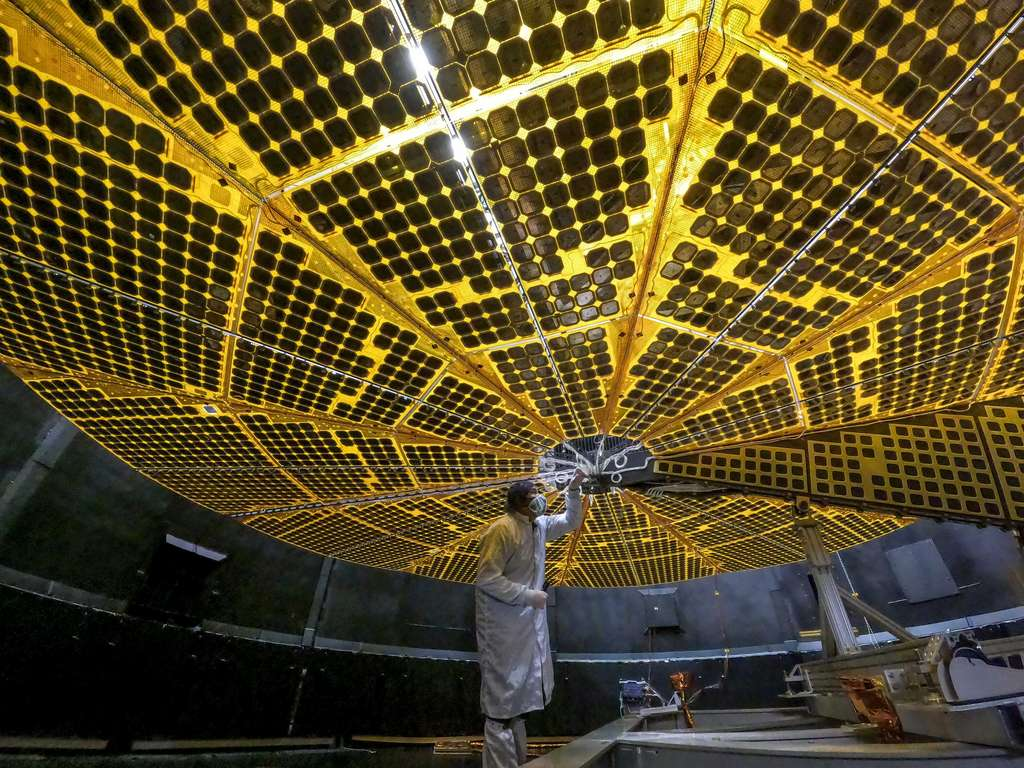 L'un des panneaux solaires de Lucy pleinement déployé lors d'un test effectué en janvier 2021 par les ingénieurs de Lockheed Martin. © Lockheed Martin, Nasa