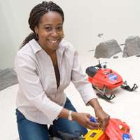 Ayanna Howard installe un peu d'électronique supplémentaire dans les petits scooters des neiges. © School of Electrical and Computer Engineering/Georgia Tech