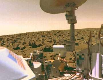 L'atterrisseur de Viking 2 prêt à sonder le sol martien. © NASA