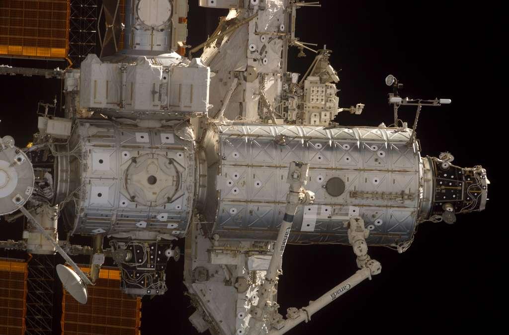 Gros plan sur les 2 modules US de l'ISS en août 2005