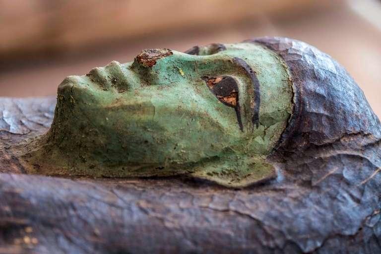 L'un des 59 sarcophages découverts dans la nécropole de Saqqara, présenté le 3 octobre 2020. © Khaled Desouki, AFP